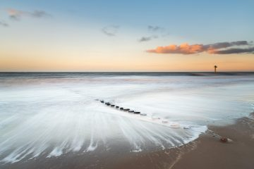 Mooie kustfoto. Het zeewater heeft een lange sluitertijd effect meegekregen