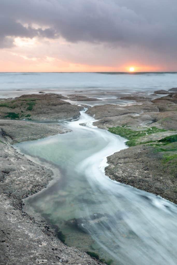 Invoerende lijnen in kustfotografie door de vorm van de stenen te volgen