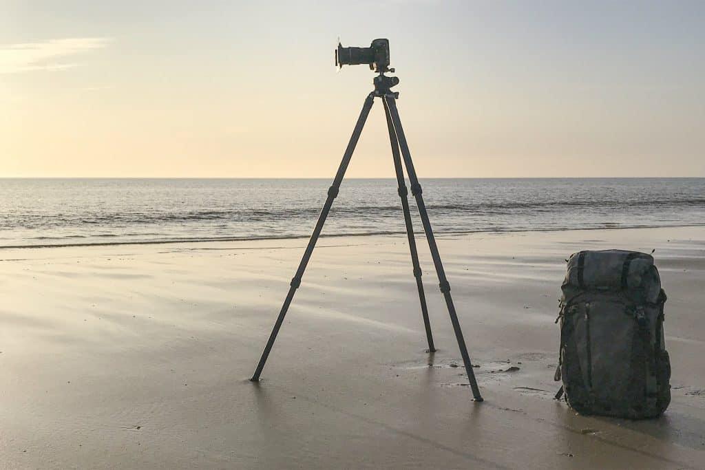 Essentiële apparatuur voor natuurfotografie: statief, camera, objectief en filters.