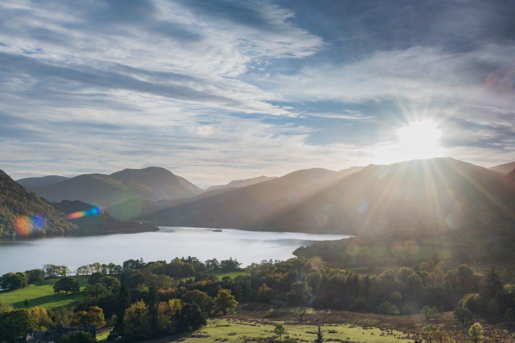 De foto met veel lensflare, veroorzaakt door de zon